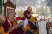 Его Святейшество Далай-лама делает глоток чая в ходе молебна у ступы Махабодхи. Бодхгая, штат Бихар, Индия. 17 января 2018 г. Фото: Тензин Чойджор.