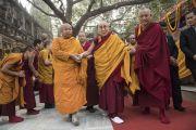 Его Святейшество Далай-лама в сопровождении монахов совершает обход вокруг ступы Махабодхи. Бодхгая, штат Бихар, Индия. 17 января 2018 г. Фото: Мануэль Бауэр.