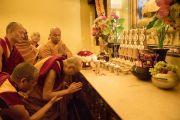 Его Святейшество Далай-лама молится у статуи Будды в храме Махабодхи. Бодхгая, штат Бихар, Индия. 17 января 2018 г. Фото: Мануэль Бауэр.