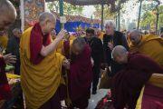 По завершении молебна у ступы Махабодхи Его Святейшество Далай-лама приветствует своего давнего друга Ричарда Гира. Бодхгая, штат Бихар, Индия. 17 января 2018 г. Фото: Тензин Чойджор.