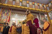 Перед тем как занять свое место на троне, Его Святейшество Далай-лама машет верующим рукой. Бодхгая, штат Бихар, Индия. 18 января 2018 г. Фото: Мануэль Бауэр.
