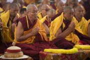 Мастера ритуального пения читают молитвенные строфы, в то время как Его Святейшество Далай-лама проводит предварительные церемонии для дарования посвящений. Бодхгая, штат Бихар, Индия. 18 января 2018 г. Фото: Мануэль Бауэр.