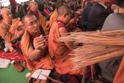 Монахи раздают собравшимся стебли травы куша во время предварительных ритуалов, необходимых для посвящений, которые будет даровать Его Святейшество Далай-лама. Бодхгая, штат Бихар, Индия. 18 января 2018 г. Фото: Мануэль Бауэр.