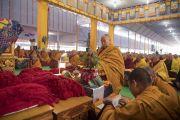 Его Святейшество Далай-лама проводит предварительные церемонии для дарования посвящений. Бодхгая, штат Бихар, Индия. 18 января 2018 г. Фото: Мануэль Бауэр.