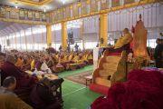 Его Святейшество Далай-лама во время предварительных ритуалов, необходимых для дарования посвящений. Бодхгая, штат Бихар, Индия. 18 января 2018 г. Фото: Мануэль Бауэр.