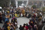 Его Святейшество Далай-лама встречается с группами калмыцких и тибетских паломников перед тем, как направиться из тибетского храма на площадку для проведения учений «Калачакра Майдан», чтобы провести подготовительные ритуалы для посвящений. Бодхгая, штат Бихар, Индия. 18 января 2018 г. Фото: Мануэль Бауэр.