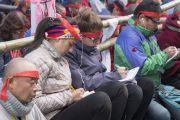 Верующие слушают перевод наставлений Его Святейшества Далай-ламы во время посвящения Ямантаки 13-ти божеств. Бодхгая, штат Бихар, Индия. 19 января 2018 г. Фото: Мануэль Бауэр.