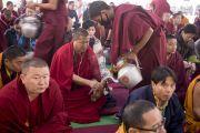 Волонтеры угощают верующих молочным чаем, в то время как Его Святейшество Далай-лама проводит предварительные церемонии для посвящения Ямантаки 13-ти божеств. Бодхгая, штат Бихар, Индия. 19 января 2018 г. Фото: Мануэль Бауэр.