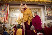Занимая свое место на троне перед началом посвящения Ямантаки 13-ти божеств, Его Святейшество Далай-лама машет верующим рукой. Бодхгая, штат Бихар, Индия. 19 января 2018 г. Фото: Мануэль Бауэр.