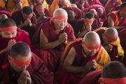 Монахи в красных ритуальных повязках слушают наставления Его Святейшества Далай-ламы во время посвящения Ямантаки 13-ти божеств. Бодхгая, штат Бихар, Индия. 19 января 2018 г. Фото: Мануэль Бауэр.
