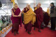 Его Святейшество Далай-лама прибывает в павильон Калачакры, чтобы даровать посвящение Ямантаки 13-ти божеств. Бодхгая, штат Бихар, Индия. 19 января 2018 г. Фото: Мануэль Бауэр.