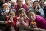 Верующие собрались у тибетского храма, в надежде хоть мельком увидеть Его Святейшество Далай-ламу, возвращающегося по завершении посвящения Ямантаки 13-ти божеств. Бодхгая, штат Бихар, Индия. 19 января 2018 г. Фото: Мануэль Бауэр.