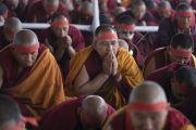 Монахи в красных ритуальных повязках во время посвящения одиночного Ямантаки, даруемого Его Святейшеством Далай-ламой. Бодхгая, штат Бихар, Индия. 21 января 2018 г. Фото: Лобсанг Церинг.
