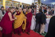 По завершении посвящения одиночного Ямантаки Его Святейшество Далай-лама покидает площадку для проведения учений «Калачакра Майдан». Бодхгая, штат Бихар, Индия. 21 января 2018 г. Фото: Лобсанг Церинг.