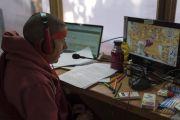 Переводчик на испанский язык во время посвящения одиночного Ямантаки, даруемого Его Святейшеством Далай-ламой. Бодхгая, штат Бихар, Индия. 21 января 2018 г. Фото: Лобсанг Церинг.