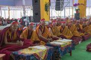 Старшие монахи в красных ритуальных повязках слушают наставления Его Святейшества Далай-ламы во время посвящения одиночного Ямантаки. Бодхгая, штат Бихар, Индия. 21 января 2018 г. Фото: Лобсанг Церинг.