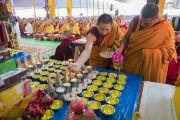 Монахи готовят традиционные подношения во время посвящения одиночного Ямантаки, даруемого Его Святейшеством Далай-ламой. Бодхгая, штат Бихар, Индия. 21 января 2018 г. Фото: Лобсанг Церинг.
