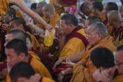 Монахи раздают освященную воду верующим в ходе посвящения одиночного Ямантаки, даруемого Его Святейшеством Далай-ламой. Бодхгая, штат Бихар, Индия. 21 января 2018 г. Фото: Лобсанг Церинг.