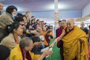 Его Святейшество Далай-лама приветствует верующих по прибытии на площадку для проведения учений «Калачакра Майдан». Бодхгая, штат Бихар, Индия. 21 января 2018 г. Фото: Лобсанг Церинг.