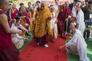 Тайки рассыпают цветочные лепестки у ног Его Святейшества Далай-ламы, направляющегося в храм Ват Па Буддхагая Ванарам. Бодхгая, штат Бихар, Индия. 25 января 2018 г. Фото: Тензин Чойджор.