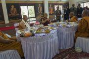 Его Святейшество Далай-лама обедает с организаторами его визита в храм Ват Па Буддхагая Ванарам. Бодхгая, штат Бихар, Индия. 25 января 2018 г. Фото: Тензин Чойджор.