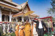Его Святейшество Далай-лама и тайские монахи совершают обход вокруг храма тайского общества «Бхарат» Ват Па Буддхагая Ванарам. Бодхгая, штат Бихар, Индия. 25 января 2018 г. Фото: Тензин Чойджор.