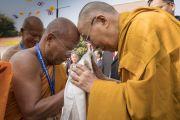 Его Святейшество Далай-лама приветствует досточтимого Пхра Бходхинандхамуни по прибытии в храм тайского общества «Бхарат» Ват Па Буддхагая Ванарам. Бодхгая, штат Бихар, Индия. 25 января 2018 г. Фото: Тензин Чойджор.