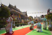 Тайские танцовщицы приветствуют своим выступлением Его Святейшество Далай-ламу, прибывшего на открытие храма Ват Па Буддхагая Ванарам. Бодхгая, штат Бихар, Индия. 25 января 2018 г. Фото: Тензин Чойджор.