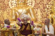 Его Святейшество Далай-лама шутливо надевает себе на голову цветочные гирлянды во время открытия храма Ват Па Буддхагая Ванарам. Бодхгая, штат Бихар, Индия. 25 января 2018 г. Фото: Тензин Чойджор.