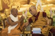 Его Святейшество Далай-лама и досточтимый Ратнесвар Чакма во время открытия храма Ват Па Буддхагая Ванарам. Бодхгая, штат Бихар, Индия. 25 января 2018 г. Фото: Тензин Чойджор.