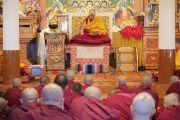 Его Святейшество Далай-лама во время церемонии дарования монашеских обетов. Дхарамсала, Индия. 22 февраля 2018 г. Фото: дост. Тензин Джампель.
