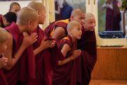 Молодые послушники почтительно кланяются Его Святейшеству Далай-ламе, прибывающему в зал собраний, чтобы даровать монашеские обеты. Дхарамсала, Индия. 22 февраля 2018 г. Фото: дост. Тензин Джампель.