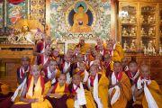 По завершении первого дня двухдневной церемонии Его Святейшество Далай-лама фотографируется с только что принявшими обеты монахами и монахинями. Дхарамсала, Индия. 22 февраля 2018 г. Фото: дост. Тензин Джампель.