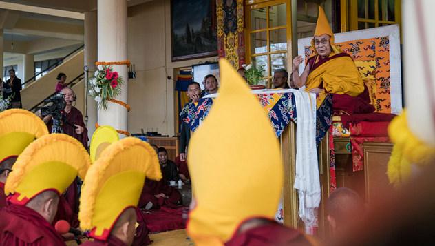 В День явления чудесных сил Будды Далай-лама даровал традиционные учения по «Джатакам» и «Восхвалению взаимозависимого возникновения» Чже Цонкапы