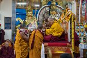 Монахи совершают подношение ритуального угощения торма Его Святейшеству Далай-ламе во время молебна о долгой жизни, организованного монахинями основных школ тибетского буддизма. Дхарамсала, Индия. 1 марта 2018 г. Фото: Тензин Чойджор.