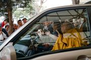 Его Святейшество Далай-лама машет верующим рукой, покидая главный тибетский храм по завершении церемонии подношения молебна о долгой жизни, организованной монахинями основных школ тибетского буддизма. Дхарамсала, Индия. 1 марта 2018 г. Фото: Тензин Чойджор.