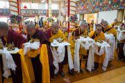 Монахини совершают подношение статуэток Будды во время молебна о долгой жизни Его Святейшества Далай-ламы, организованного в главном тибетском храме. Дхарамсала, Индия. 1 марта 2018 г. Фото: Тензин Чойджор.