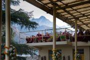 Вид на горы, открывающийся с веранды главного тибетского храма, перед началом молебна о долгой жизни Его Святейшества Далай-ламы, организованного монахинями основных школ тибетского буддизма. Дхарамсала, Индия. 1 марта 2018 г. Фото: Тензин Чойджор.