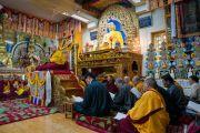 Его Святейшество Далай-лама во время подношения молебна о долгой жизни, организованного монахинями пяти основных школ тибетского буддизма. Дхарамсала, Индия. 1 марта 2018 г. Фото: Тензин Чойджор.