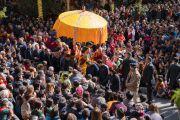 Покидая главный тибетский храм по завершении учений, организованных по случаю Дня чудес, Его Святейшество Далай-лама приветствует верующих. Дхарамсала, Индия. 2 марта 2018 г. Фото: Тензин Чойджор.