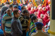 Индийцы, прибывшие из разных уголков страны, стараются поближе увидеть Его Святейшество Далай-ламу во время учений, организованных по случаю Дня чудес. Дхарамсала, Индия. 2 марта 2018 г. Фото: Тензин Чойджор.