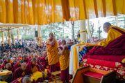 Мастер ритуального пения совершает подношение мандалы Его Святейшеству Далай-ламе перед началом учений по случаю Дня чудес. Дхарамсала, Индия. 2 марта 2018 г. Фото: Тензин Чойджор.