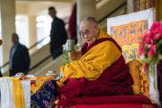 Его Святейшество Далай-лама пьет чай перед началом учений по случаю Дня чудес. Дхарамсала, Индия. 2 марта 2018 г. Фото: Тензин Чойджор.
