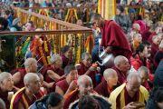 Волонтеры угощают верующих тибетским молочным чаем перед началом учений Его Святейшества Далай-ламы по случаю Дня чудес. Дхарамсала, Индия. 2 марта 2018 г. Фото: Тензин Чойджор.