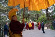 Его Святейшество Далай-лама направляется из своей резиденции в главный тибетский храм, чтобы даровать учения по случаю Дня чудес. Дхарамсала, Индия. 2 марта 2018 г. Фото: Тензин Чойджор.