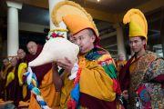 Протяжной мелодией традиционной белой раковины монах возвещает о прибытии Его Святейшества Далай-ламы в главный тибетский храм. Дхарамсала, Индия. 2 марта 2018 г. Фото: Тензин Чойджор.