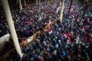 Вид на площадь у главного тибетского храма, на которой собралось несколько тысяч тибетцев, индийцев и иностранцев, чтобы послушать учения Его Святейшества Далай-ламы, организованные по случаю Дня чудес. Дхарамсала, Индия. 2 марта 2018 г. Фото: Тензин Чойджор.