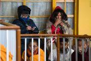 Некоторые из нескольких тысяч иностранцев, собравшихся в главном тибетском храме, слушают перевод учений Его Святейшества Далай-ламы, организованных по случаю Дня чудес. Дхарамсала, Индия. 2 марта 2018 г. Фото: Тензин Чойджор.