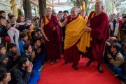 Его Святейшество Далай-лама приветствует верующих по прибытии в главный тибетский храм. Дхарамсала, Индия. 2 марта 2018 г. Фото: Тензин Чойджор.