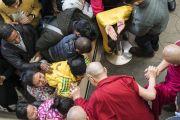 Возвращаясь в свою резиденцию по завершении первого дня XXXIII конференции института «Ум и жизнь», Его Святейшество Далай-лама приветствует верующих, ожидавших его во дворе главного тибетского храма. Дхарамсала, Индия. 12 марта 2018 г. Фото: Тензин Чойджор.